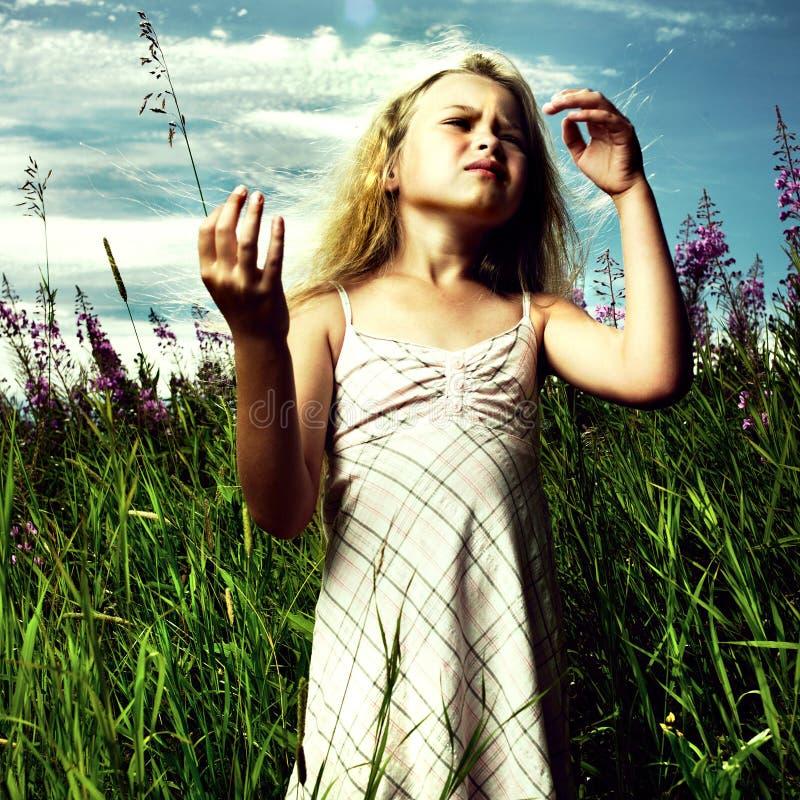 Meisje in bloemweide royalty-vrije stock afbeeldingen