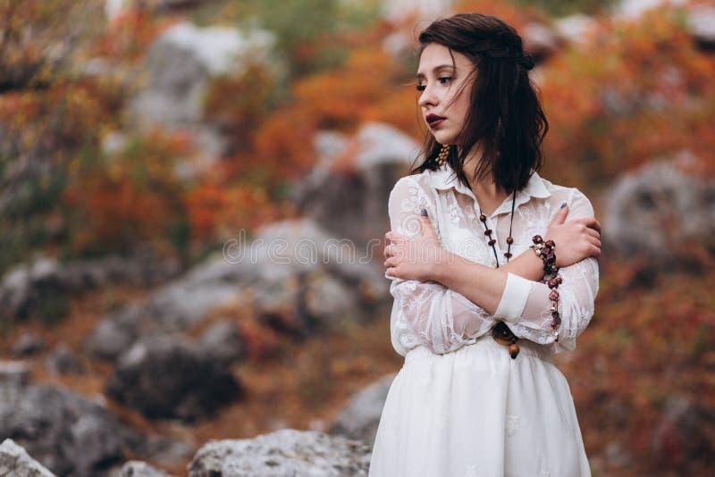 Meisje in bohostijl op een achtergrond van de herfstbos stock foto