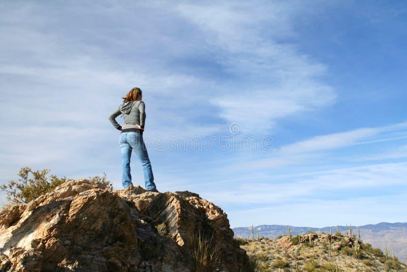 Meisje boven op van een rots stock afbeeldingen