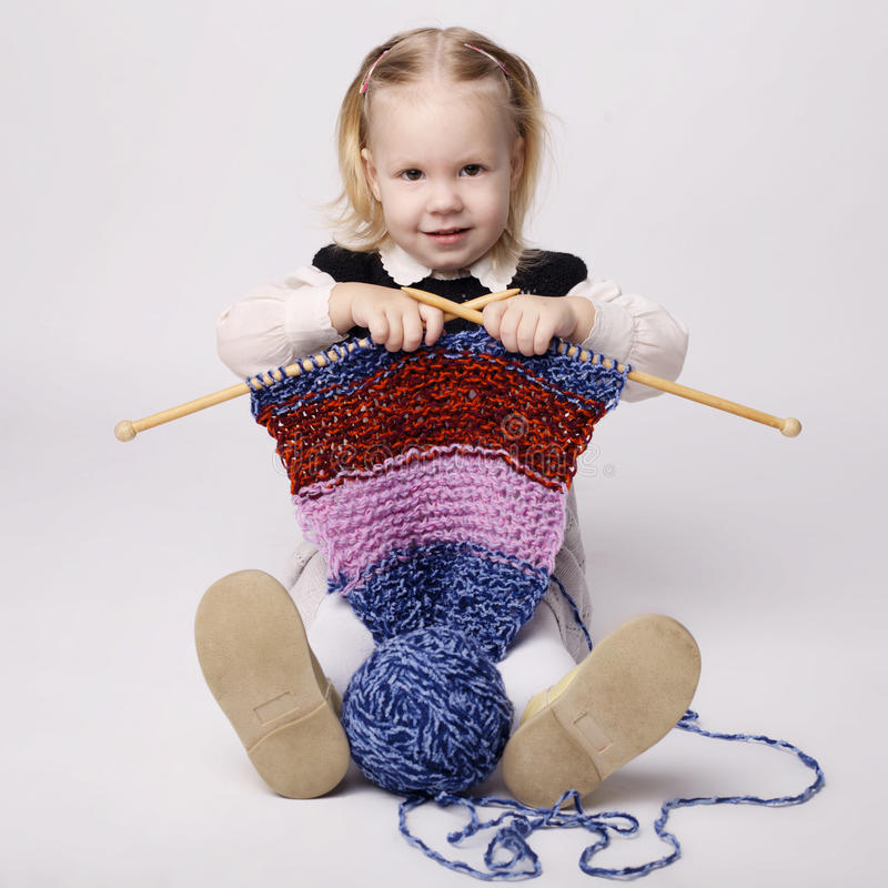 Meisje breiende sjaal stock fotografie