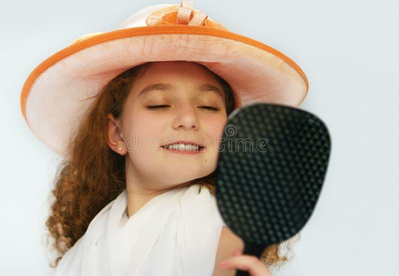 Meisje in buitensporige hoed royalty-vrije stock afbeelding