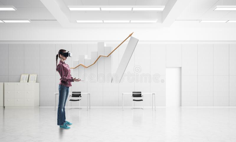 Meisje in bureaubinnenland in virtueel werkelijkheidsmasker die innovatieve technologieën gebruiken Gemengde media royalty-vrije stock afbeelding