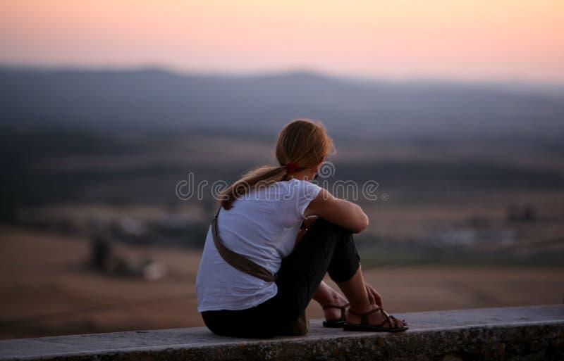 Meisje dat aan de horizon kijkt royalty-vrije stock foto