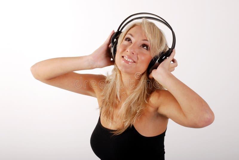 Meisje dat aan de muziek luistert royalty-vrije stock afbeelding