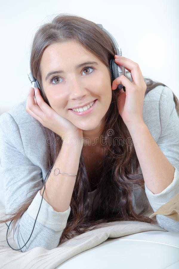 Meisje dat aan hoofdtelefoons luistert royalty-vrije stock foto