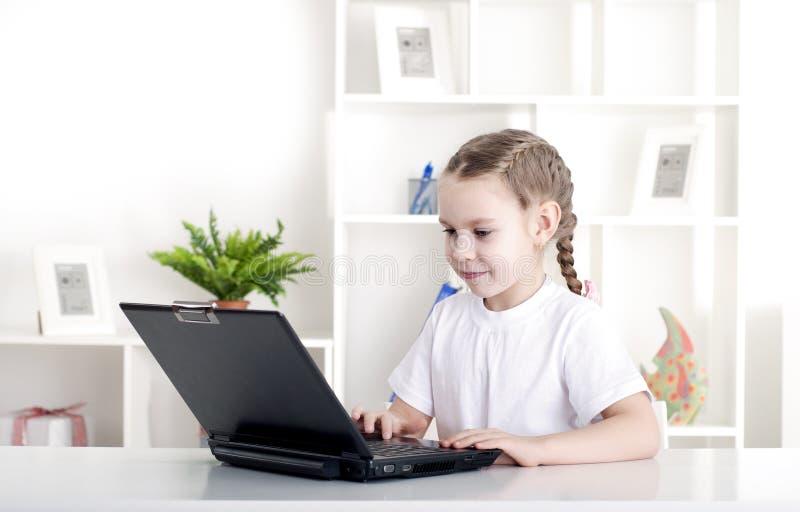 Meisje dat aan laptop werkt royalty-vrije stock foto's