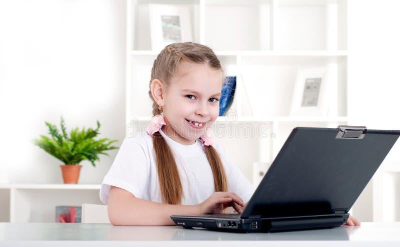 Meisje dat aan laptop werkt royalty-vrije stock afbeelding