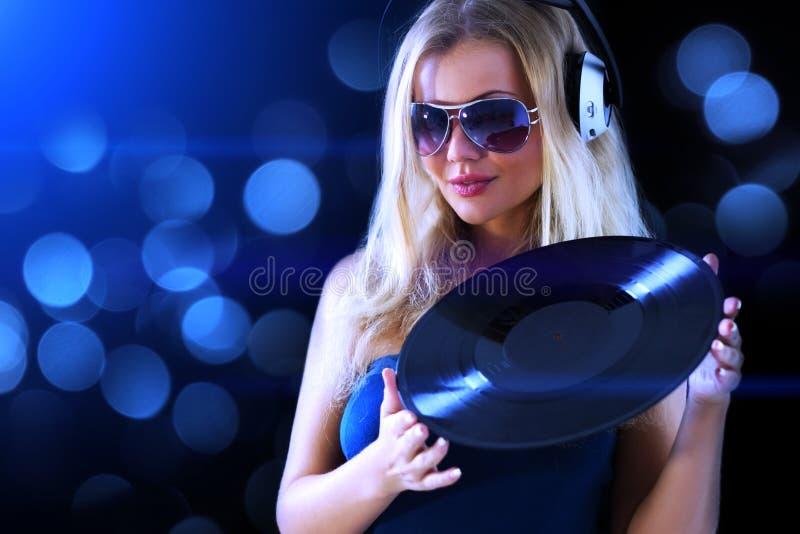 Meisje dat aan muziek luistert royalty-vrije stock fotografie
