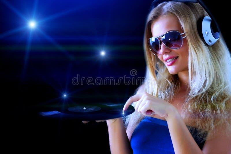 Meisje dat aan muziek luistert stock afbeelding