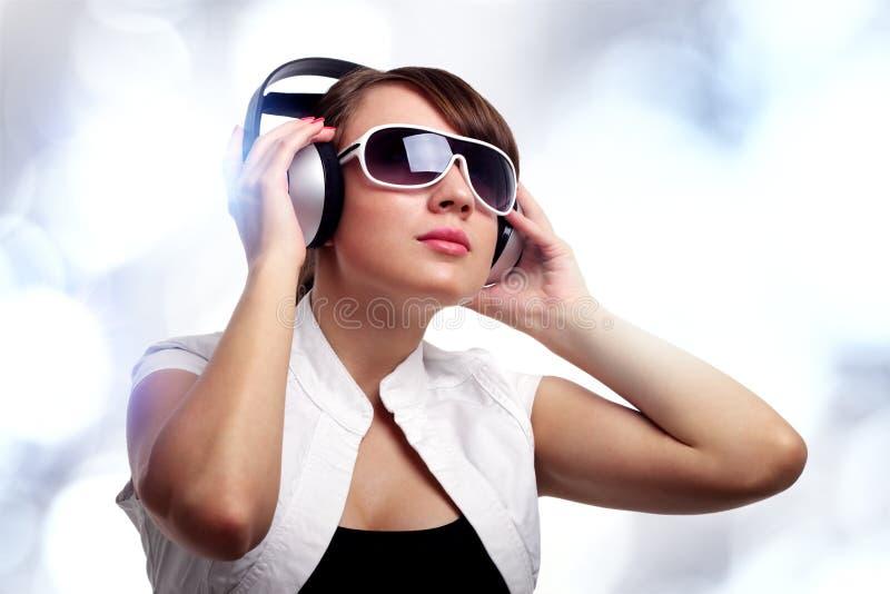 Meisje dat aan muziek luistert royalty-vrije stock afbeeldingen