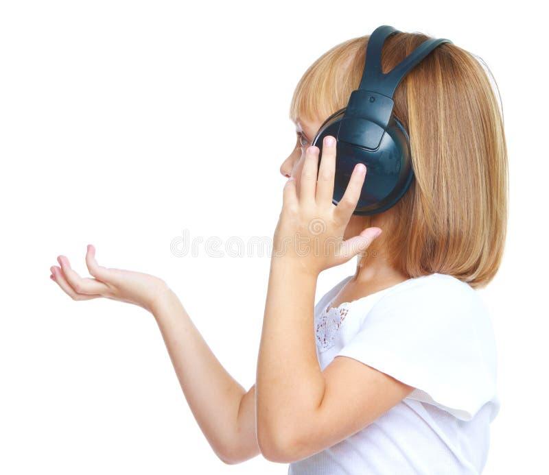 Meisje dat aan muziek op hoofdtelefoons luistert royalty-vrije stock fotografie