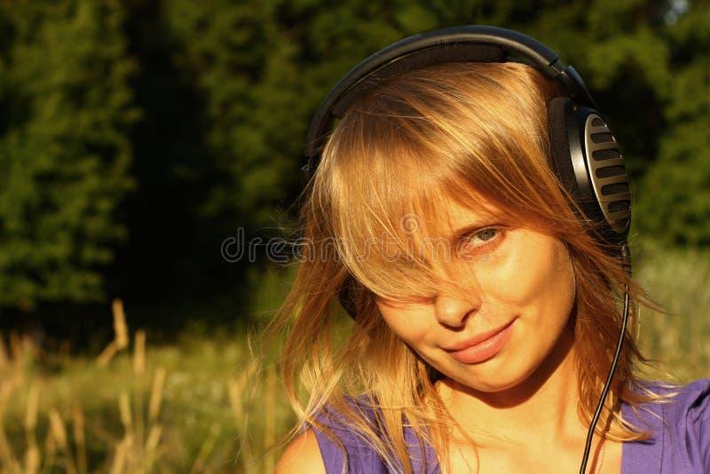 Meisje dat aan muziek in open luistert royalty-vrije stock foto's