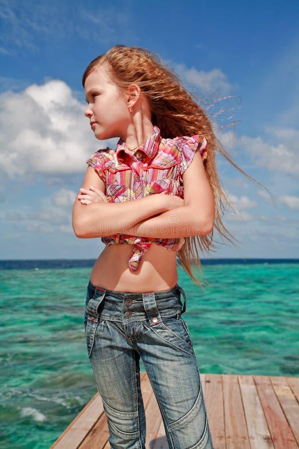 Meisje dat aan oceaan kijkt royalty-vrije stock afbeeldingen