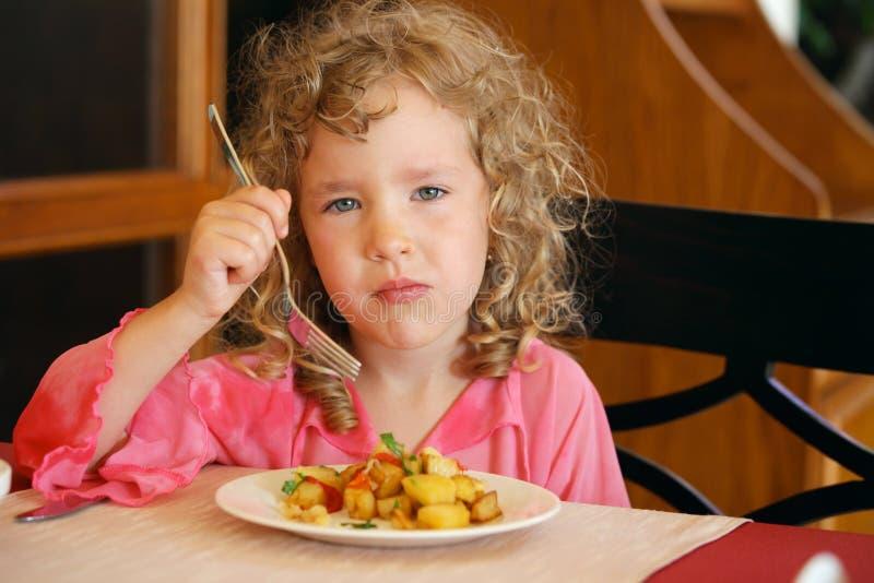 Meisje dat aardappels eet royalty-vrije stock foto