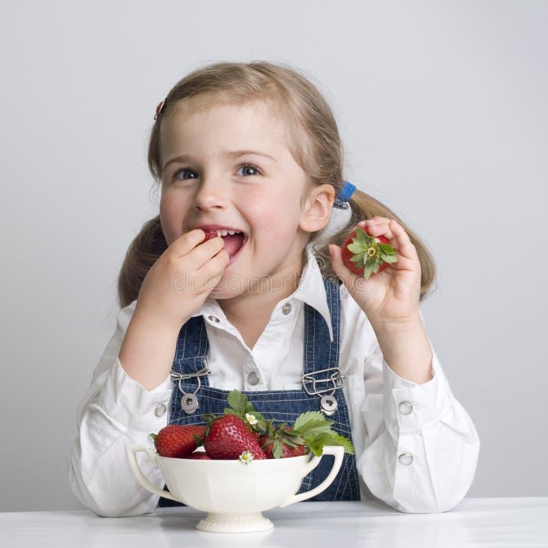 Meisje dat aardbei eet royalty-vrije stock fotografie