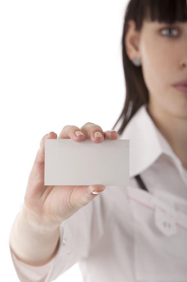 Meisje dat adreskaartje in haar handen toont stock foto's