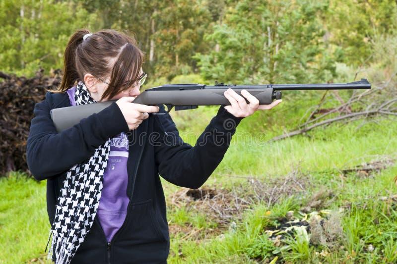 Meisje dat airgun ontspruit stock fotografie