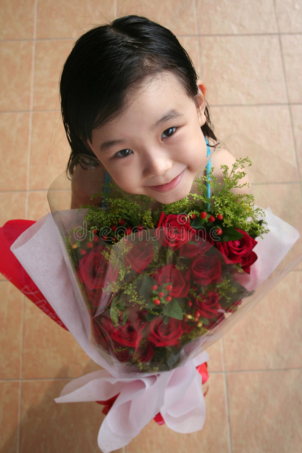 Meisje dat & boeket van rozen glimlacht houdt stock foto's