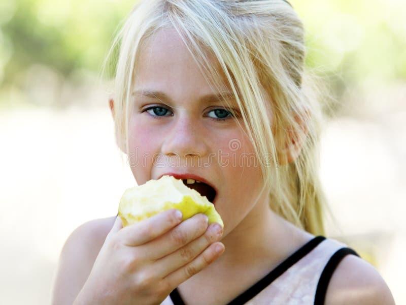 Meisje dat appel eet royalty-vrije stock foto