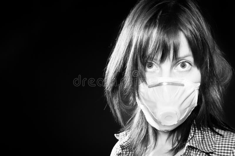 Meisje dat beschermend masker draagt stock foto's