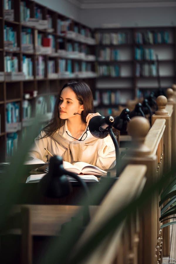 Meisje dat bij de bibliotheek bestudeert stock afbeelding