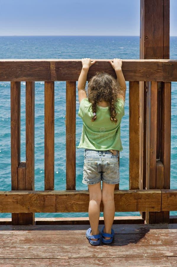 Meisje Dat Bij Het Overzees Staart Royalty-vrije Stock Foto's