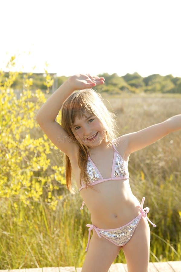 Meisje dat buiten in het park in bikini danst stock foto's