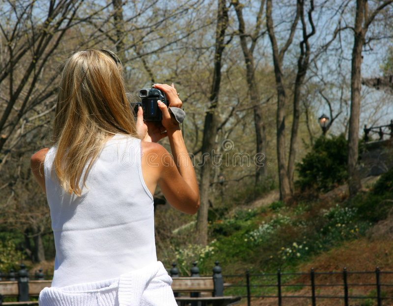 Meisje dat camcorder gebruikt stock fotografie