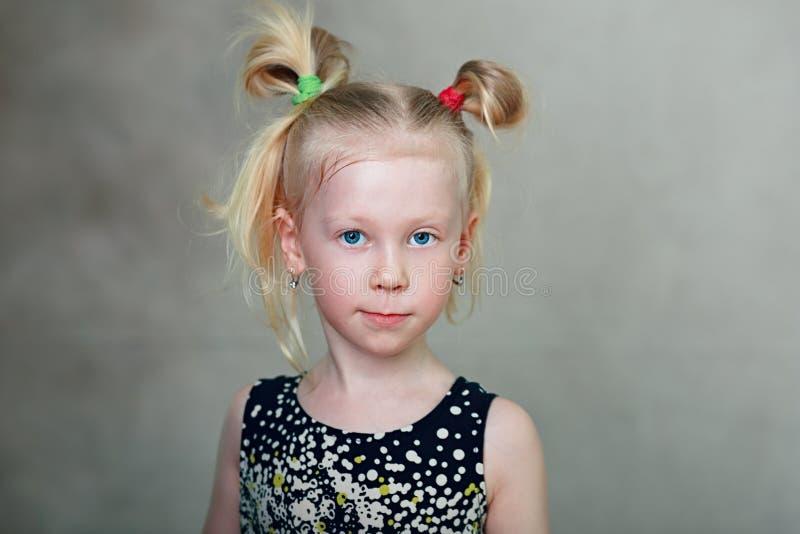 Meisje dat camera bekijkt royalty-vrije stock afbeelding