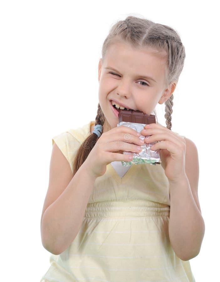 Meisje dat chocolade eet. royalty-vrije stock afbeelding