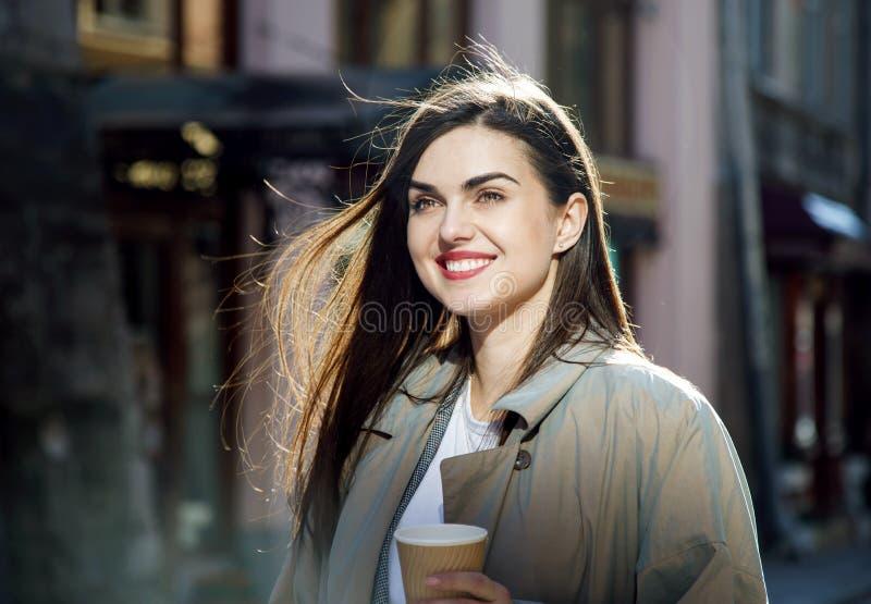Meisje dat coffe drinkt stock foto