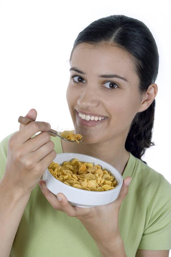 Meisje dat cornflakes eet royalty-vrije stock afbeeldingen