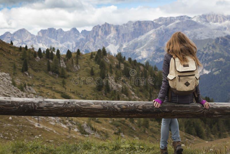 Meisje dat de bergen bekijkt royalty-vrije stock fotografie