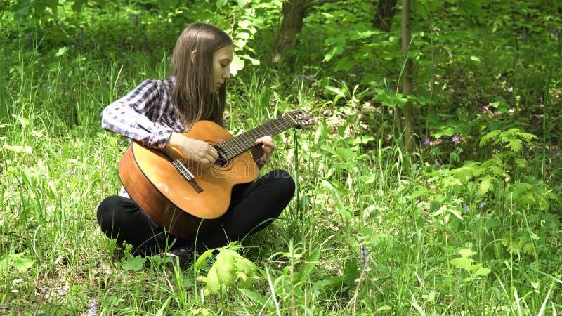 Meisje dat de gitaar speelt stock afbeeldingen
