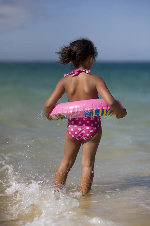 Meisje dat in de golven springt. royalty-vrije stock afbeelding