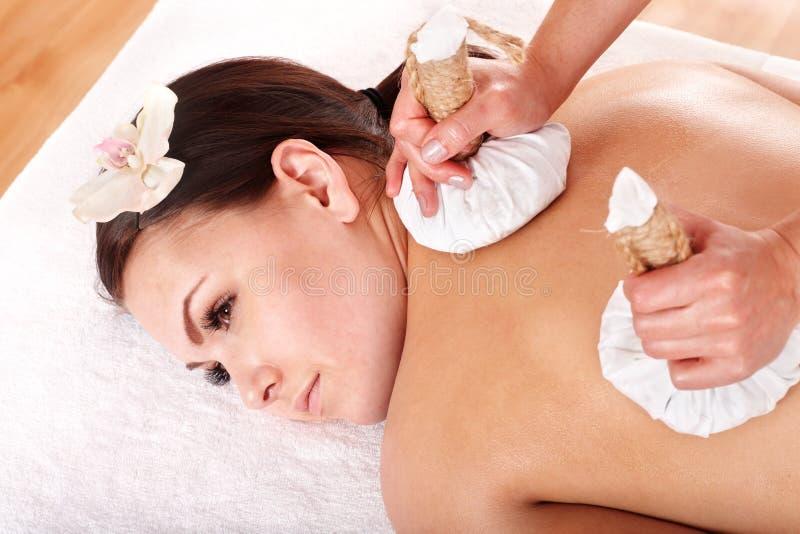 Meisje dat de Thaise massage van het kruidkompres heeft. stock afbeeldingen