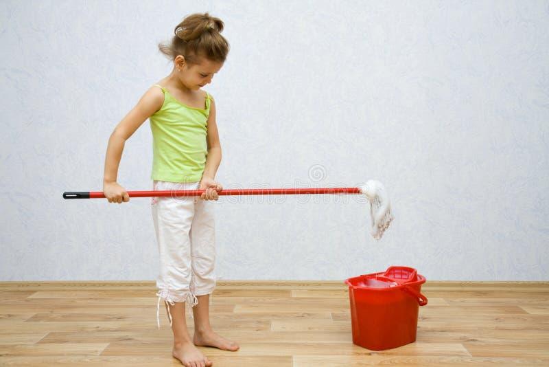 Meisje dat de vloer schoonmaakt stock afbeeldingen