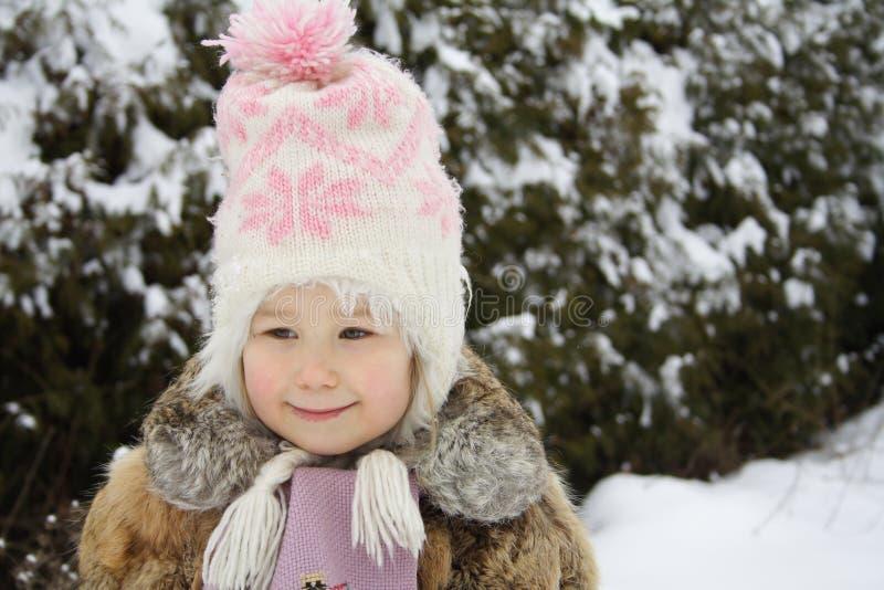 Meisje dat in de winter glimlacht stock foto's