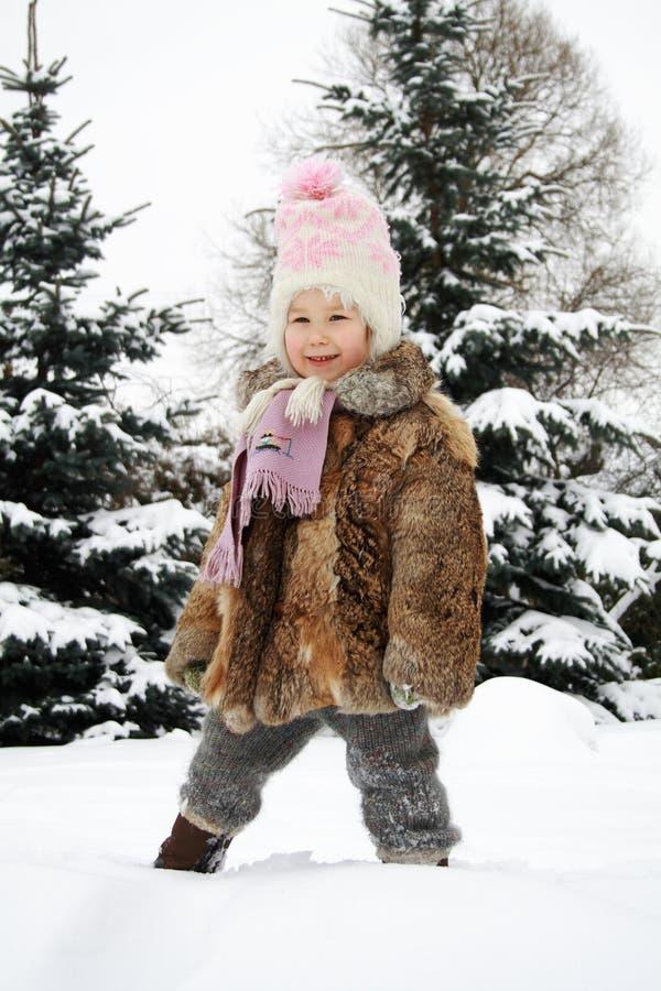 Meisje dat in de winter glimlacht stock afbeeldingen