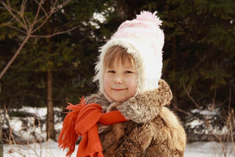 Meisje dat in de winter glimlacht stock afbeelding