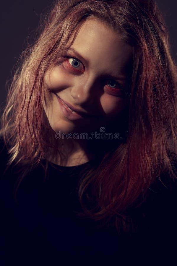 Meisje dat door een demon wordt bezeten stock fotografie