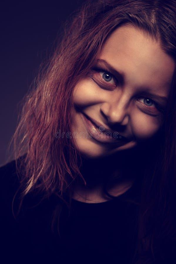 Meisje dat door een demon wordt bezeten stock afbeeldingen