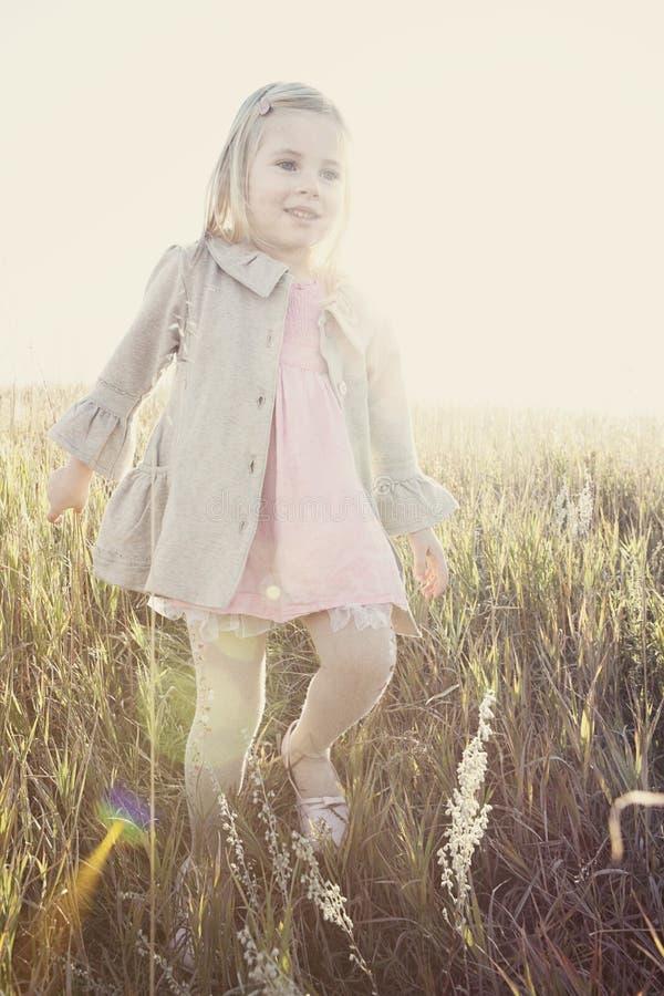 Meisje dat door gebied loopt royalty-vrije stock fotografie