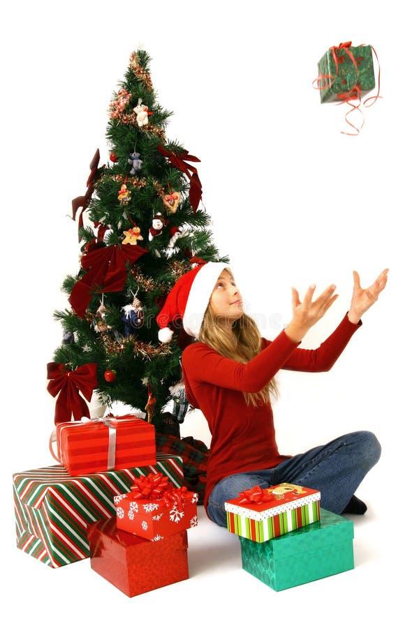 Meisje dat door Kerstboom wordt gezeten royalty-vrije stock afbeeldingen