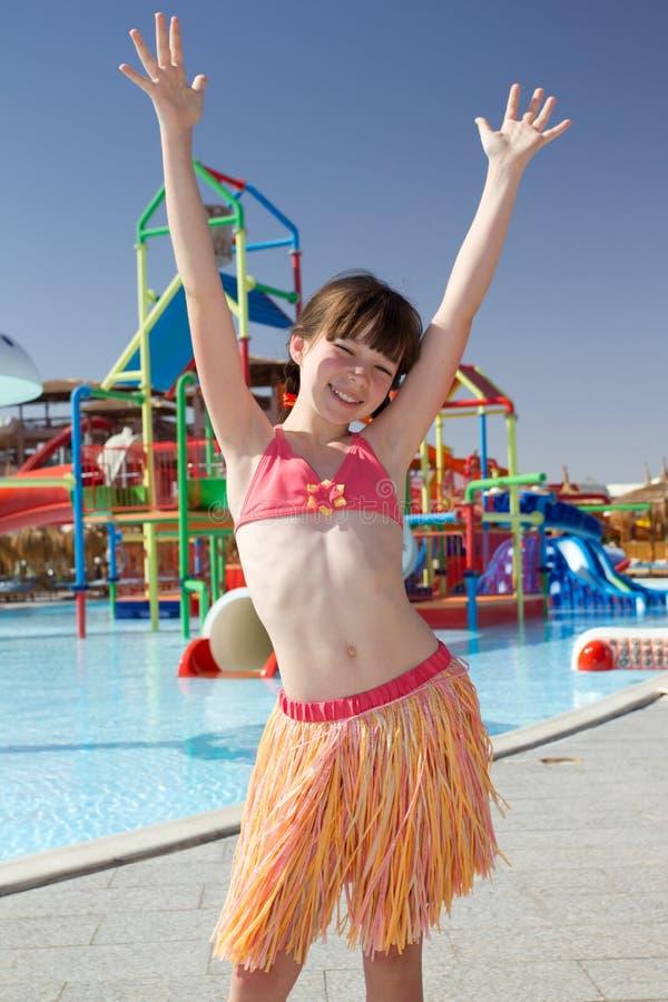 Meisje dat door pool danst stock afbeeldingen