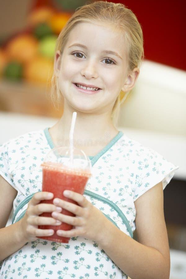 Meisje dat een Bes Smoothie drinkt royalty-vrije stock foto's
