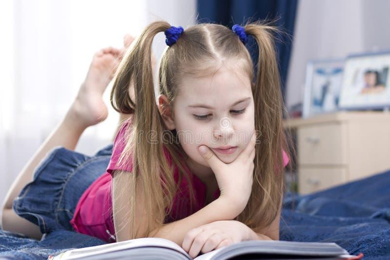 Meisje dat een boek leest. stock foto's