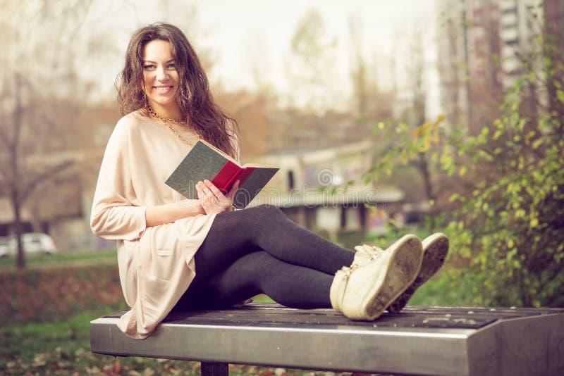 Meisje dat een boek in park leest royalty-vrije stock afbeeldingen