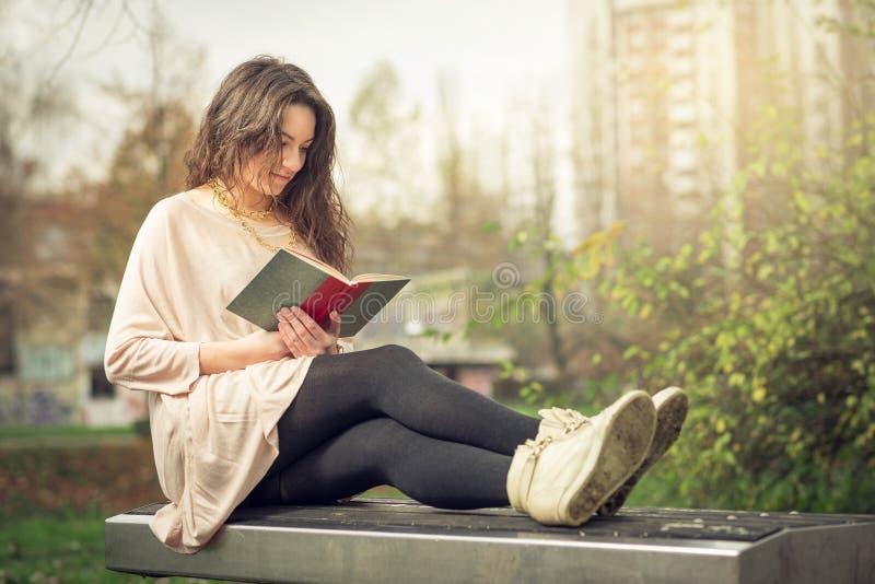 Meisje dat een boek in park leest royalty-vrije stock foto