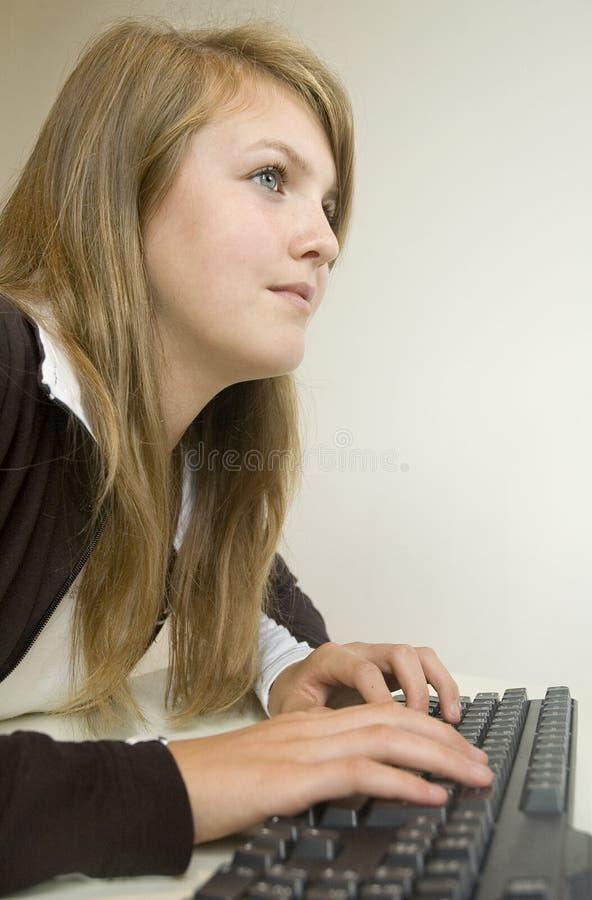 Meisje dat een computer met behulp van stock afbeeldingen